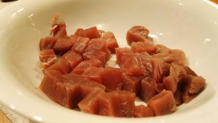 Surowy tuńczyk pokrojony w kostkę