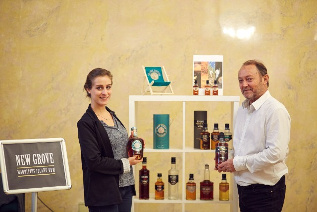 Florence Harel (z lewej) - brand coordinator, Didier Noel - Export Manager, Grays Inc Ltd - rum New Groove