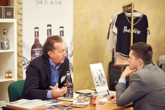 Frederic Bestel (z lewej) - Managing Director firmy Litchquor Ltd, producenta Gold of Mauritius rum.