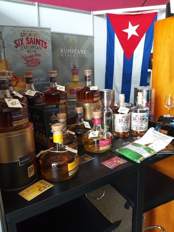Stoisko z rumami Six Saints z Grenady oraz Rum and Cane.